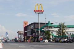 轰隆Pakong, Chachoengsao,泰国, 5月06,2018 :麦克唐纳` s位于机动车路 库存图片