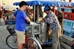 轰隆Saen,泰国:人买的冰淇凌 库存照片
