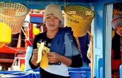 轰隆Saen,泰国:吃香蕉的渔夫 库存照片