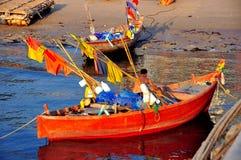 轰隆Saen,泰国:他的小船的渔夫 库存图片