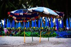 轰隆SAN,泰国- 2017年5月9日:沙滩伞为假日旅客准备 库存图片