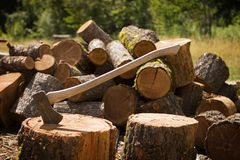 轴切好的木头 免版税库存图片