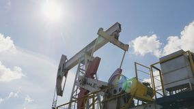 轴在行动Pumpjacks投入提取石油 影视素材