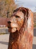 轴木匠木雕塑的结构树 狮子` s头 免版税库存照片