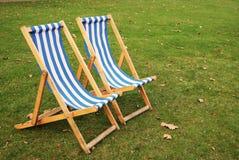 轻便折叠躺椅在公园 免版税库存图片