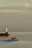 轻便汽艇和满月, Steveston 免版税库存照片