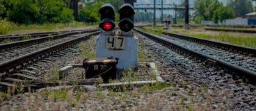 轻便铁路红色显示信号业务量 红灯 与红灯动臂信号机的铁路轨道 图库摄影
