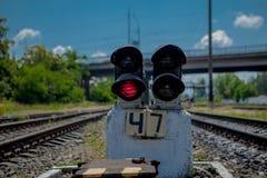 轻便铁路红色显示信号业务量 红灯 与红灯动臂信号机的铁路轨道 库存照片