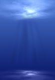 轻发光在水面下 免版税库存照片