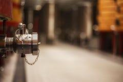 轻拍在大桶在Rioja酿酒厂荡桨 免版税库存照片