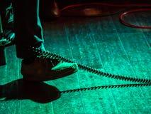 轻拍在演奏节奏的脚进入昏暗地发光阶段 库存图片