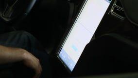 轻拍在现代电动车的公司机的手大触摸屏盘区 影视素材