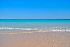 轻拍在理想的加勒比海滩的通知 免版税库存图片