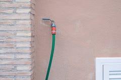 轻拍并且绿化在墙壁上的水管 免版税图库摄影