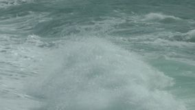 轻拍打破在岸的波浪 股票视频