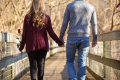 轻易地胜过观察者的有吸引力的年轻夫妇 图库摄影