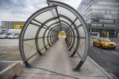 轻易完成的事情步行隧道在维也纳机场在奥地利 库存照片