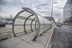 轻易完成的事情步行隧道在维也纳机场在奥地利 图库摄影
