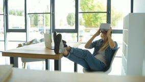 轻松的女孩佩带的vr风镜在工作 股票视频