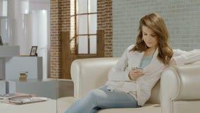 轻松的年轻女性开会在有智能手机的屋子,传讯里 影视素材