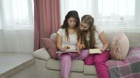 轻松的研究女孩通信朋友休闲 股票视频