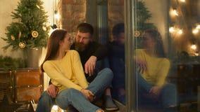 轻松的聊天的夫妇坐窗台 股票录像