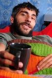 轻松的长沙发他人杯子提供 免版税库存照片