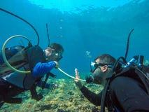 轻潜水员出于空伙计呼吸 免版税库存照片