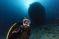轻潜水员潜水在马尔代夫印度洋运输击毁 免版税库存照片