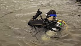 轻潜水员进入山湖水 紧急救助者的实践的技术 浸没在凉水中 股票录像