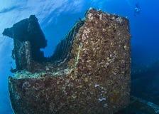轻潜水员,水下的摄影师游泳在击毁在红海在离埃及的海岸的附近 库存照片
