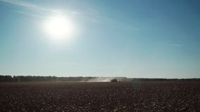 轻率冒险横跨金黄领域和收获麦子五谷的组合乘驾在一晴朗的秋天天 股票视频