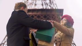 轻率花男朋友金钱的妇女在昂贵的购物上在巴黎 股票视频