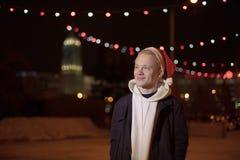轻的假日圣诞节 快活的圣诞节 礼物、笑声和乐趣 新年好 图库摄影