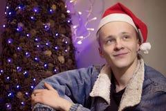 轻的假日圣诞节 快活的圣诞节 礼物、笑声和乐趣 新年好 免版税库存图片