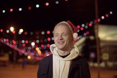 轻的假日圣诞节 快活的圣诞节 礼物、笑声和乐趣 新年好 免版税图库摄影