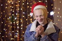 轻的假日圣诞节 快活的圣诞节 礼物、笑声和乐趣 新年好 库存照片