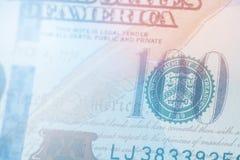 轻的定调子的宏指令接近本富兰克林在美国100美金的` s面孔 图库摄影