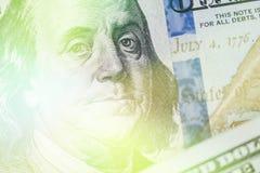 轻的定调子的宏指令接近本富兰克林在美国100美金的` s面孔 免版税库存照片