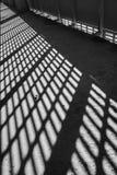 轻的影子 黑色白色 从金属格子的晴天光在被放弃的未完成的shoping的购物中心 图库摄影