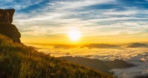 轻的早晨太阳风景与雾的在Phu池氏Fa在清莱,泰国 免版税图库摄影