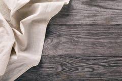 轻的桌布的顶视图在木桌的左面 图库摄影