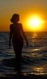 轻的海洋日落妇女 库存照片