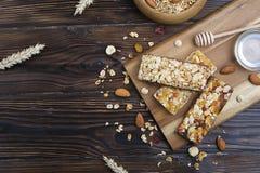 轻的碳水化合物和富蛋白质的格兰诺拉麦片整天能量早餐混合了坚果和燕麦vegeterian超级食物 免版税图库摄影