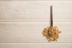 轻的碳水化合物和富蛋白质的格兰诺拉麦片整天能量早餐混合了坚果和燕麦vegeterian超级食物 免版税库存图片