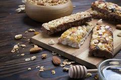 轻的碳水化合物和富蛋白质的格兰诺拉麦片整天能量用早餐 库存图片