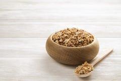 轻的碳水化合物和富蛋白质的格兰诺拉麦片整天能量用早餐 库存照片