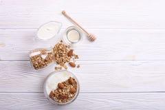 轻的碳水化合物和富蛋白质的格兰诺拉麦片yougurt整天能量用早餐 免版税库存照片