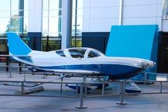 轻的私人喷气式飞机在集市场所的夏天 库存图片