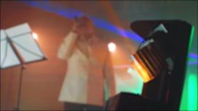 轻的聚光灯音乐会减速火箭的音乐生活方式音乐会被弄脏的背景 资深唱歌入话筒的一个老人 股票视频